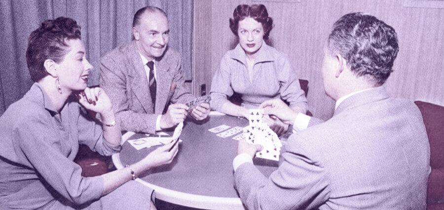 Les gens qui jouent aux cartes